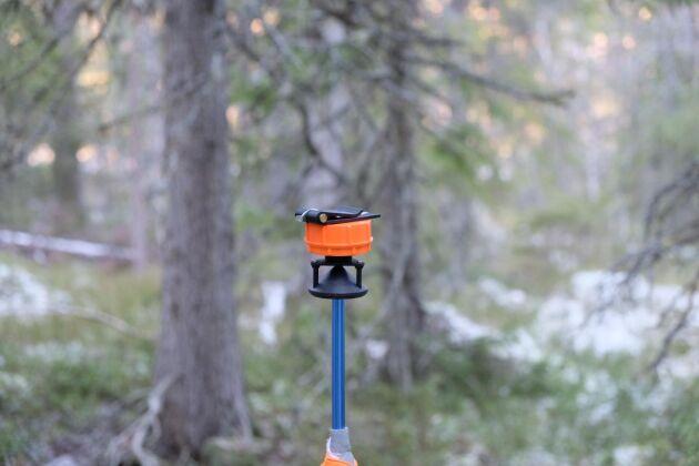 En avståndsmätare placeras i mitten av provytan.