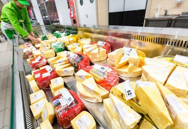 De senaste tio åren har importen av ost och ostmassa till Sverige har mer än fördubblats.