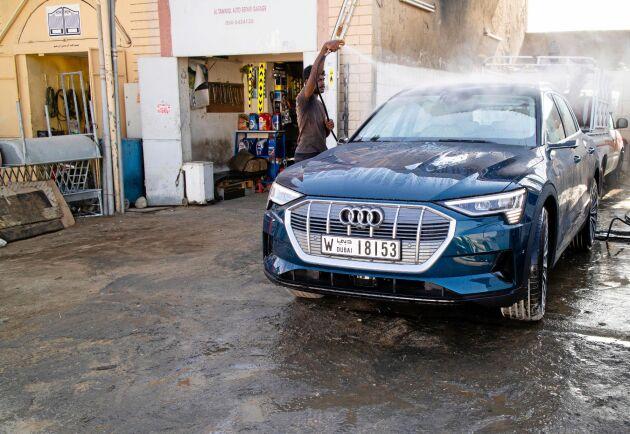 Audi e-tron har över 40 mils räckvidd, 408 hästkrafter, fyrhjulsdrift och den klarar en dragvikt på 1,8 ton.