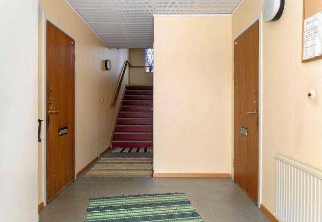 Inne i huset finns fyra lägenheter som kan hyras ut eller byggas om efter behov.