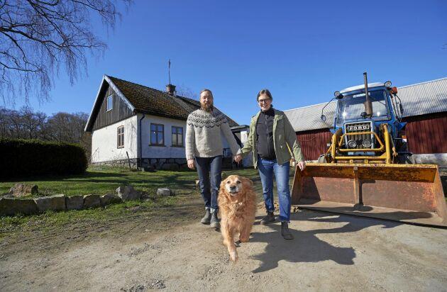Kristofer, Sofia och hunden Vissla, en jaktgolden, älskar sitt liv på landet utanför S:t Olof i Skåne.