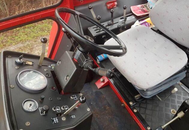 I hytten kan en tänkbar köpare njuta i många timmar till. Men frågan är om traktorn blir såld. Det finns en undre prisgräns.