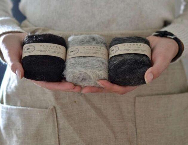 Tvålen hon tovar in i ullen är även den handgjord, baserad på strutsolja, och innehåller bara naturliga produkter.