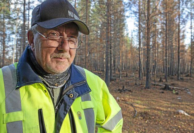 Jan Jonsson i den brandhärjade skogen.