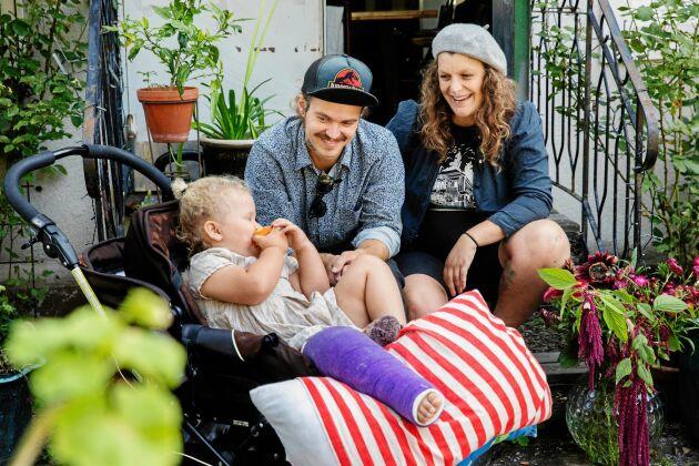 Danne och Emelye med dottern Louie, som är hemma från förskolan på grund av en bruten fot.