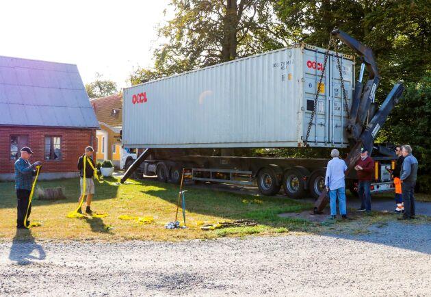 Lossning. Här sänks containern ner hos Bo Arne.