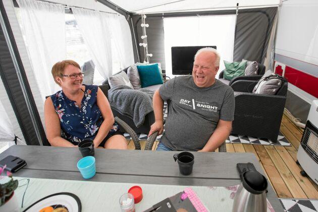 Rörbäck Lasse Lundbäck och Annica Lundbäck från Kalix blev förälskade i det lilla havsbadet. Förra året köpte de sin första husvagn och nu tillbringar de mycket av sin lediga tid i den.