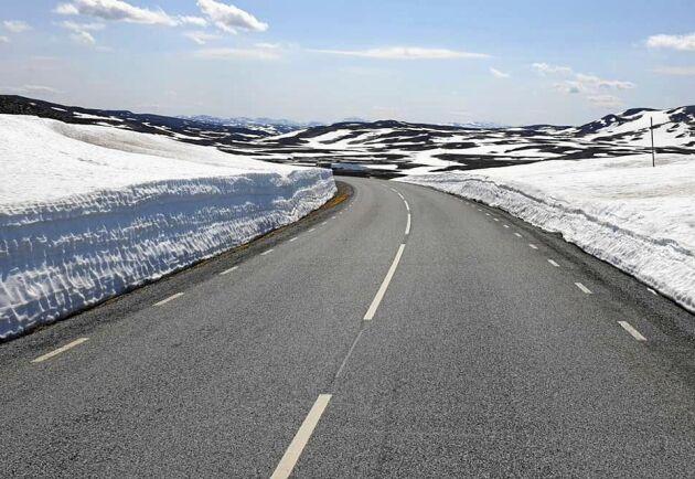 De högst belägna delarna av Vildmarksvägen har fortfarande en hel del snö.