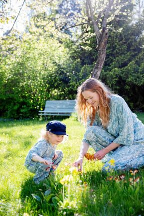 Mamma Frida med 3-åriga Wera som har en stor lummig trädgård att leka i.