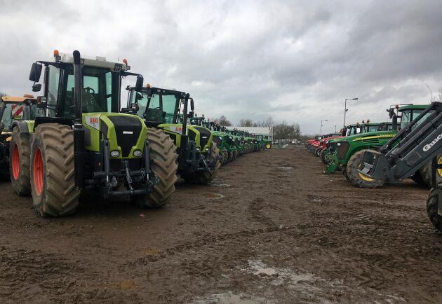 På auktionsområdet står traktorerna på rad och indelade efter märke.