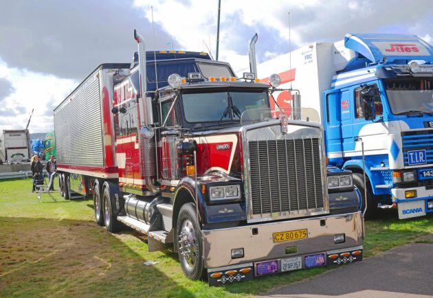 """Efter 320000 mil och två ägare var det dags för en rejäl renovering av denna Kennworth W900B. Resultatet blev en riktig prisvinnare. Dansken Lars Hansens ekipage blev """"Best in show"""" på Skånes Truckshow i år."""