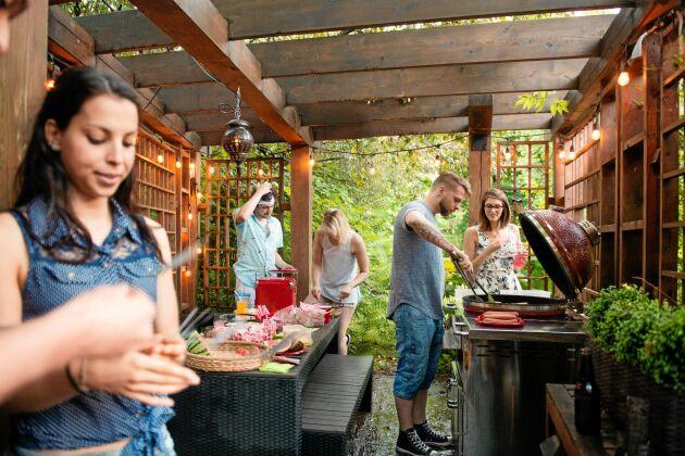 Under pergolan finns plats för både grillen och matbordet.