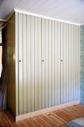 Garderobens dörrar gjorda av stadig pärlspont.