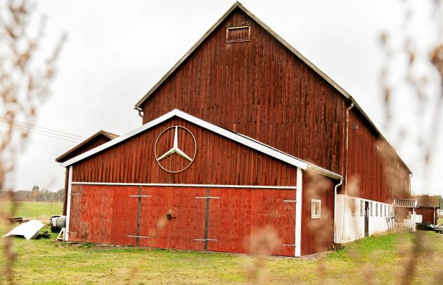 Mercedesladan har tidigare tillhört en mjölkbonde. Det enda som påminner om den tiden är skyltarna med kornas namn som hänger på bjälkarna i taket.