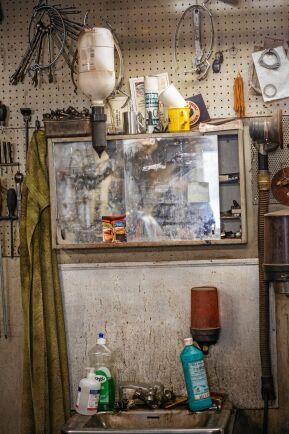 Handfatet med olika rengöringsmedel och den väl använda badrumsspegeln, enkelt men tillräckligt.