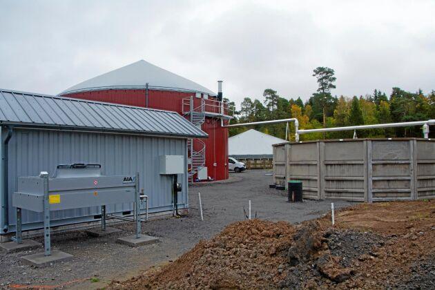 Halla gård satsar på att så långt som möjligt ha ett slutet kretslopp med biogas och eget proteinfoder. Biogasanläggningen ska utöver gårdens energibehov kunna försörja cirka 300 villor med värme.