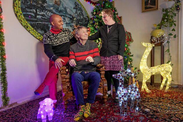 Lärlingarna är med på julfesten. Här myser Birgitta Corbell med Lars och Junior hemma i deras hus.