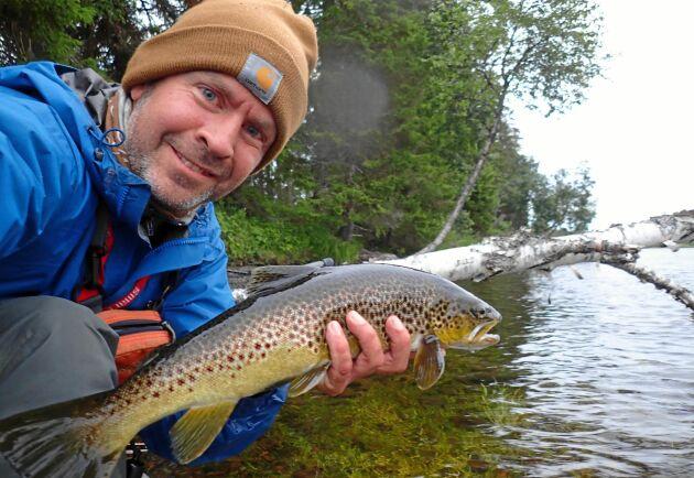 Lands fiskereporter Nicolas Jändel med en flugfångad kilosöring från Gevsjöströmmen, som är en av många bra fiskevatten i närheten av den populära skidorten Åre.