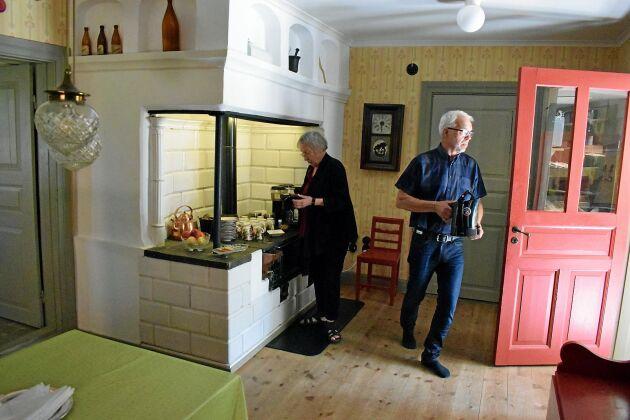 Köket andas 1840-tal och för Siv och Lars är hela atmosfären avkopplande.