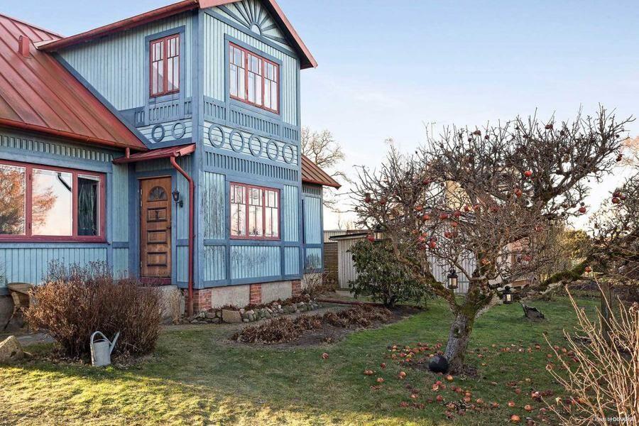 Huset har en lummig trädgård med både äppelträd och bärbuskar.