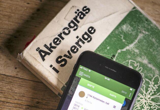 """Numera finns det mesta i mobilen men om det är svårt att identifiera ett ogräs kan boken """"Åkerogräs i Sverige"""" fortfarande komma till nytta."""