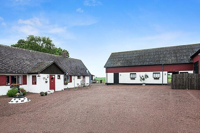Stall med fyra boxar samt en utebox med vinterhage finns på gården.