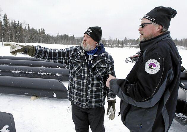 Initiativtagaren till dansflotten, Dick Bewarp, visar Stefan Ling hur pontonerna ska ligga.