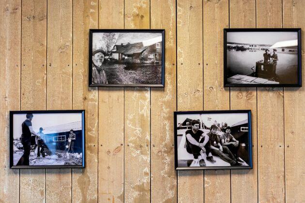 På väggarna sitter bilder på bland andra kusinernas farfar och fäder.