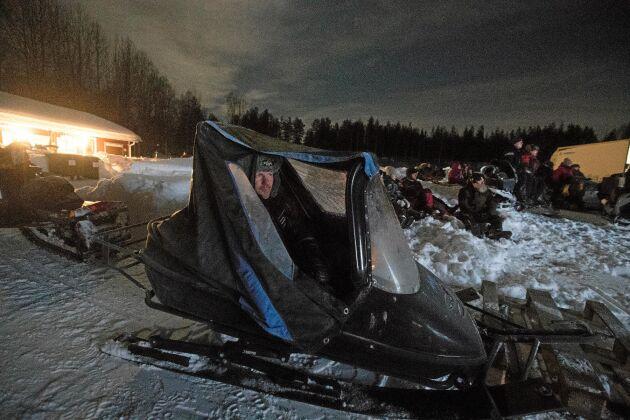 Magnus Lidberg från Överstbyn parkerade i en skoterpulka där han också hade en liten värmare. Allt för att slippa att frysa.