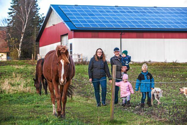 Framtidsföretag. Dottern Emma delar pappa Stefans vurm för solenergi och foderföretaget. Här med barnren Albin. Alam och Algot.