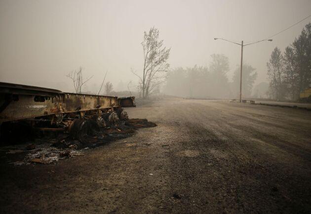 Däcken på den övergivna trailern på en öde parkering i Colton, Oregon, har helt smält ner i hettan när skogsbranden drog fram.
