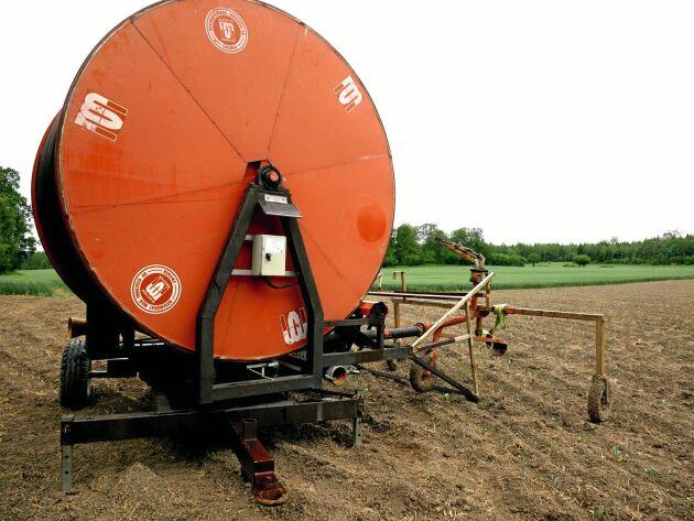 Via mobilen kan Anders Norlén starta pumpen när han står vid bevattningspumpen i vitkålsfältet.