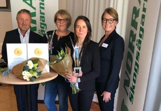 Från vänster till höger: Norras ordförande Tommy Hardselius, pristagarna Matilda Karlsson och Elin Olofsson samt Norras vice ordförande Maria Boman.