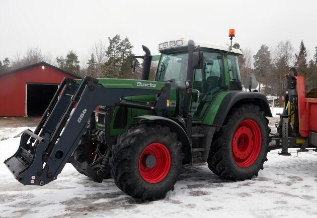En av gårdens maskiner som på bilden flyttar gödsel. Modellen är en Fendt 404 med en Quicke 85B frontlastare.