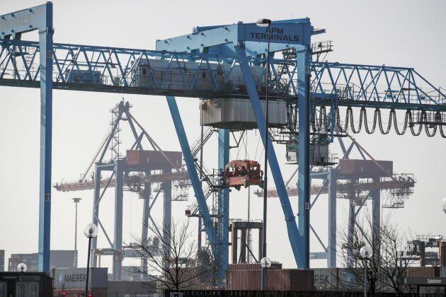 Många kranar i bland annat Göteborgs hamn stoppas onsdag 6 mars om Hamnarbetarförbundets strejkvarsel sätts i verket. Omkring 20 hamnar berörs.