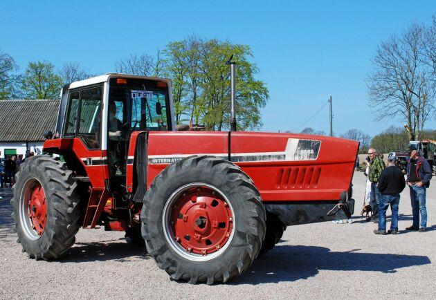 """Myrsloken visas på Simmelsberga gård på Dutradagen 2016. På dekalen i framrutan står det """"The American Dutra"""" och visst liknar traktorn den ungerska Dutran."""