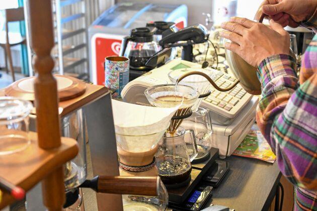 Det finaste kaffet bryggs på våg och med timer. Rätt mängd nymalt kaffe, rätt mängd vatten och precis lagom lång tid.