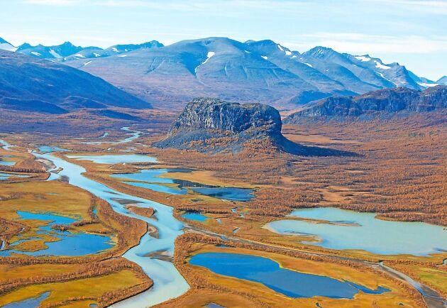Sareks nationalpark i Lappland. Den kantiga klippan i mitten är Nammatj.