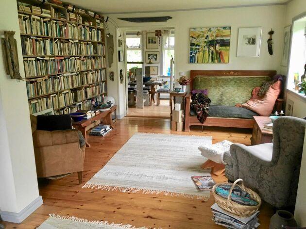 """""""Storstugan i ett dubbelhus är inte så stor, så väggen mellan två rum är öppnad."""", säger Ulla om detta rum."""