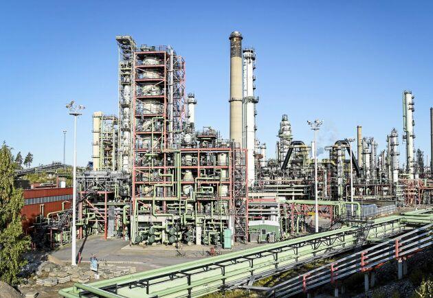Neste Oyj:s bioraffinaderi i Borgå och i bakgrunden syns även det fossila raffinaderiet.