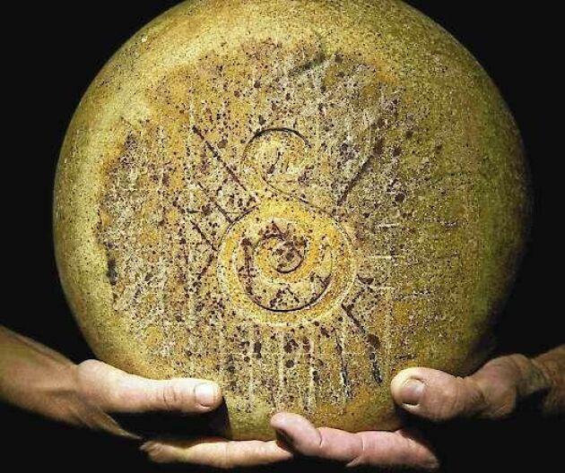 Svedjans gårdsost är en prisvinnande ost från det lilla mejeriet, av liknande typ som parmesan, långlagrad och grynpipig.