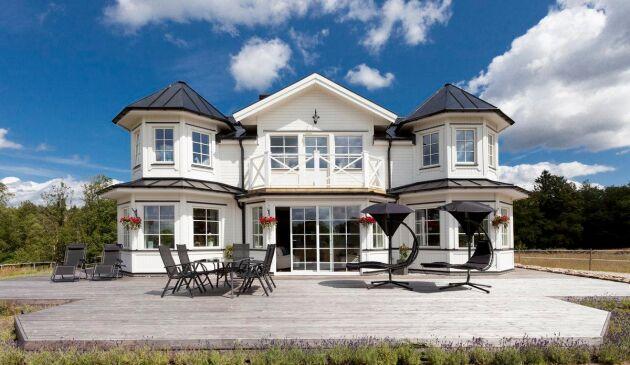 Boningshuset är i klassisk amerikansk södern-stil med stor veranda.