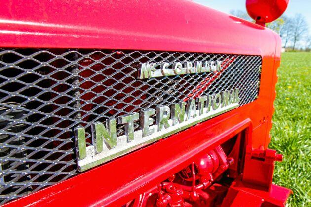 Den klassisk McCormick International-skylten glänser i solskenet.
