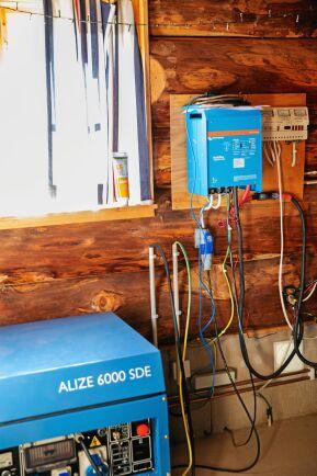 I uthuset finns reglagen till solcellerna, reservdieselaggregatet och vattenpumpen.