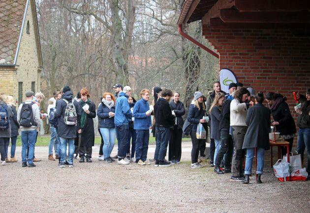 Kön ringlade lång när SLU-studenterna i Alnarp bjöd på grillat från svenska gårdar.