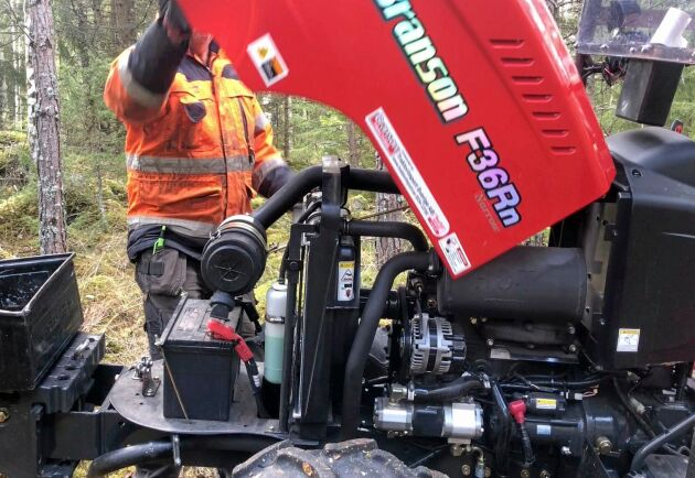 """Under kåpan sitter det mesta lättåtkomligt. """"Det är en mycket servicevänlig traktor. Man fäller bara upp huven"""", säger Peo Löfkvist."""