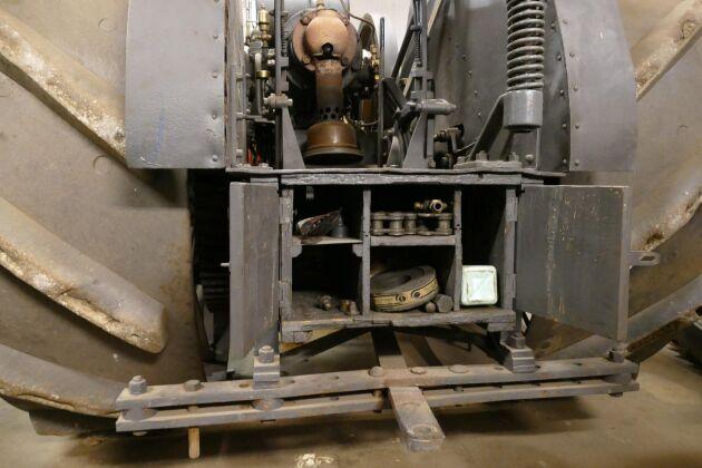Ett litet verktygsskåp med träluckor sitter behändigt monterat bakpå traktorn.