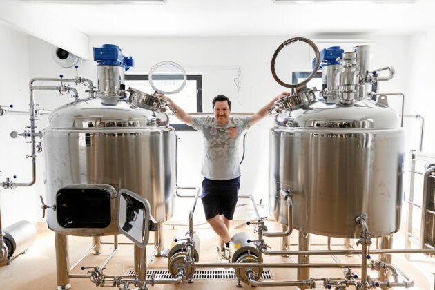 Martin Sunesson installerar jästankar, en lakpanna och en kombinerad mäskpanna/vörtkokare och whirlpool i det som förr var gårdens mjölkrum. Här ska bryggas lokal och hantverksmässigt framställd öl märkt Subbe Bryggeri efter en fyr vid Apelviken.