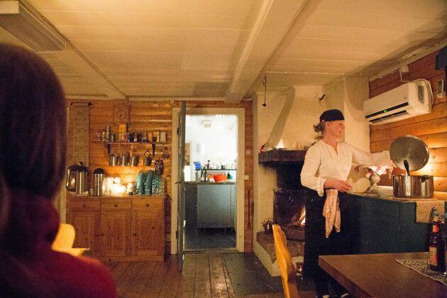 Varmt och mysigt inne i fjällgårdens café.
