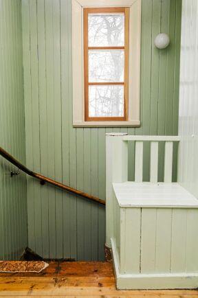 Fingstämt. Väggen vid trappen är målat i milt grönt. Den leder ned till ett sommarkök på 30 kvadrat som finns i källaren.